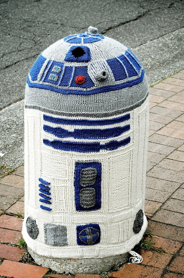 Yarn-bombing-R2D2-in-in-Bellingham-Washington-USA-1