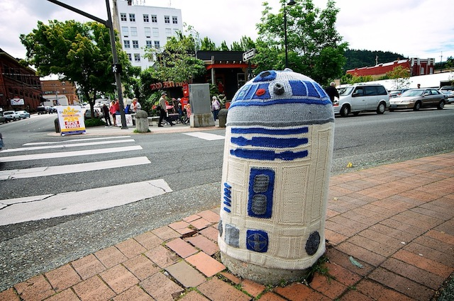 Yarn-bombing-R2D2-in-in-Bellingham-Washington-USA-2